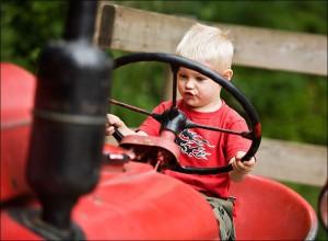 Barn i traktor